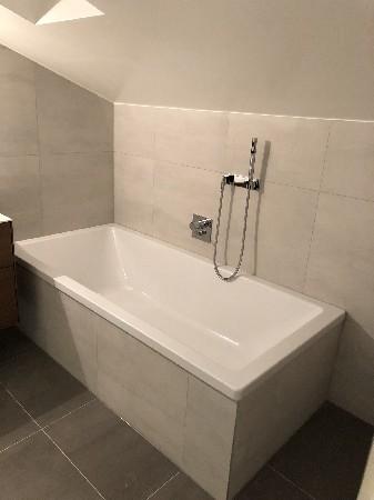 Cr&eacute;ation salle de bain &agrave; Mies<br /> <br /> Baignoire avec corps encastrer Dornbracht
